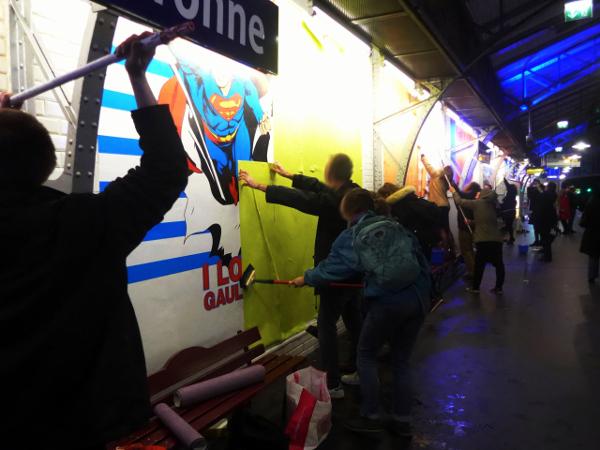 Les antipub tapissent le métro en couleur (Paris, France)