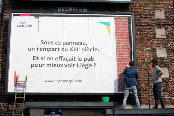 """Liège: """"Sous ce panneau, un rempart du XIIIème siècle"""""""
